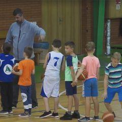 Anykščių KKSC ragina berniukus prisijungti prie krepšinio treniruočių (VIDEO)