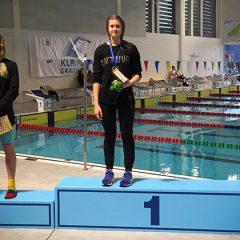 Anykščių plaukikės lipo ant apdovanojimų pakylos (FOTO)